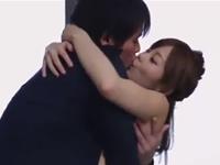 抱き合いながらキスをしてなだれ込むようにベッドで絡み合うカップル