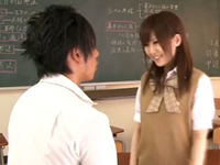 イケメンで大柄マッチョな彼と教室でエッチする小柄な女子校生