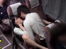 素人の学生カップルが夜行バスで静かにセックス…狭い空間で声を押し殺して合体