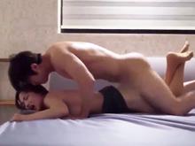 韓国人男性の凄まじいセックス…彼女のお尻が真っ赤に腫れあがりそうな勢いの高速ピストン