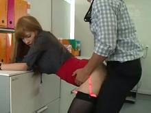 絶倫上司と社内でするセックスにハマりそう!激しい立ちバックで声が漏れる